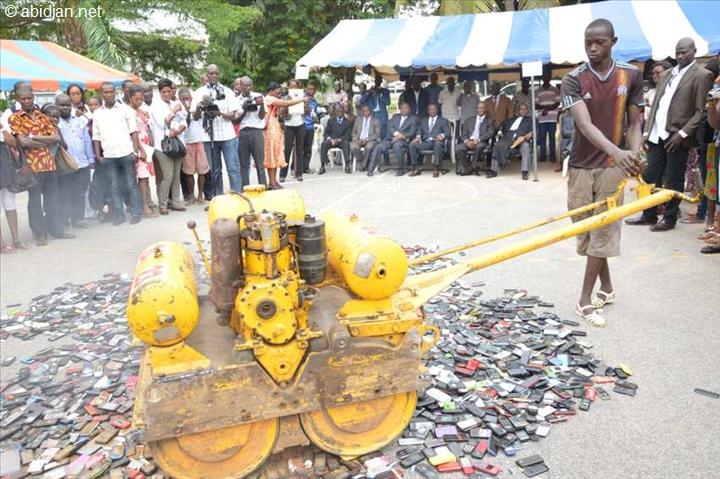 -Destruction publique de plus 2000 téléphones portables saisis durant les examens de fin d`année 2013 en Juin 2013. Lycée Classique d`Abidjan. (© Abidjan.net par Atapointe (Photo d`archive) )