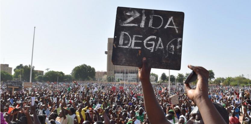 --Images des manifestant anti militaire à Ouagadougou, le 2 novembre 2014. (ISSOUF SANOGO / AFP)